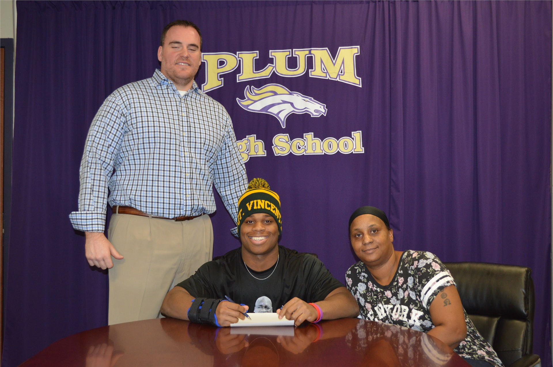 Keyshawn Smith commited to play football at St Vincent
